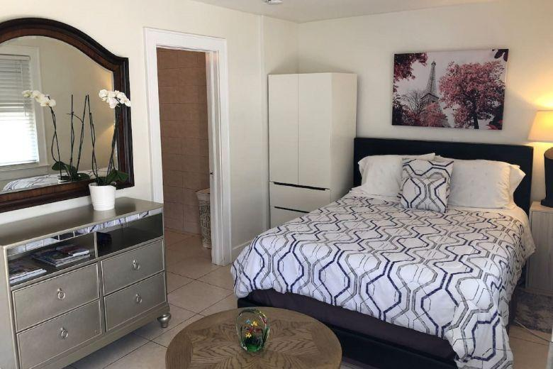 Coral Gables Apartments: single room